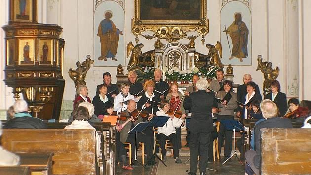 Královédvorský komorní sbor na koncertu v kostele sv. Mikuláše Toletínského ve Vysokém Veselí.
