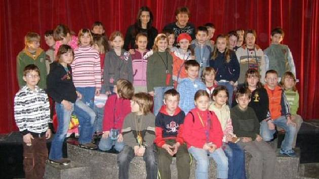Žáci ostroměřské školy s kouzelníkem Pavlem Kožíškem.