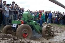 Z průjezdu traktorů a domácích postrků bahnitým brodem.