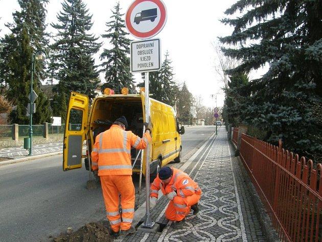 Z instalování dopravní značky v Lázeňské ulici.