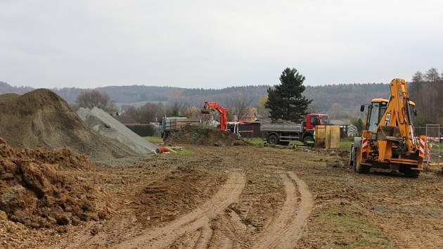 Budování vodovodu a kanalizace v Brtvi.