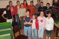 Mladí diabetici při soutěži v šipkách.