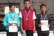 HRY PÁTÉ LETNÍ OLYMPIÁDY dětí a mládeže se konaly v Olomouci. Jičínský golfista, mladší žák,  Ondra Lisý (na snímku vpravo) si domů odvezl bronzovou medaili, která tak obohatí jeho sbírku.