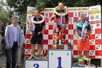 Vyhlášení prvního závodu třídy Superbike. Na nejvyšším stupínku Marek Červený, vlevo druhý Němec Didier Grams a vpravo třetí Sebastian Le Grelle z Belgie.
