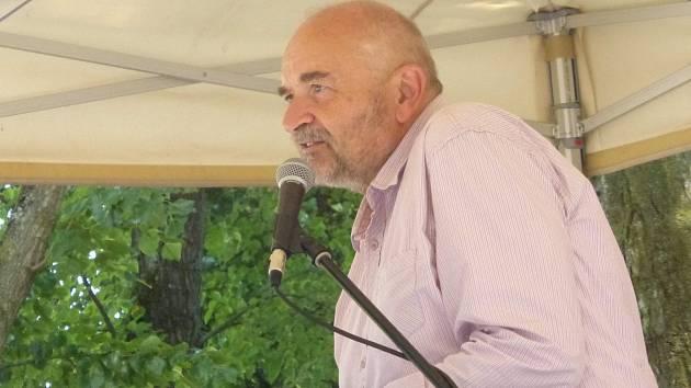 Jan Burian zpíval v jičínském zámeckém parku.