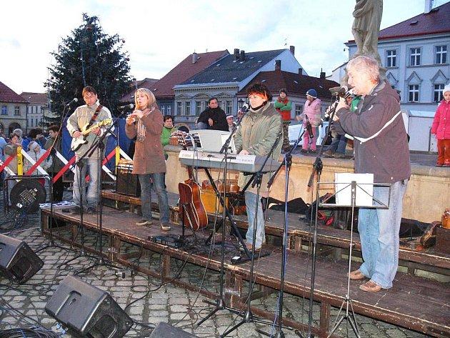 Vystoupení skupiny Kantoři na jičínském Valdštejnově náměstí.