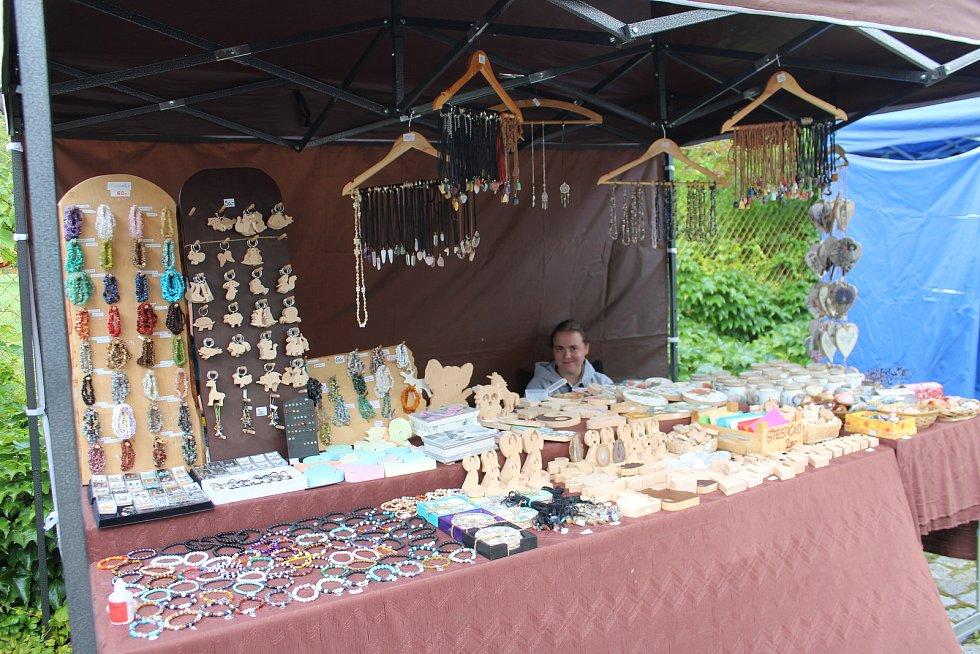 Knihovna Václava Čtvrtka v Jičíně uspořádala Letní jarmark s dílničkami, nabídkou řemeslných výrobků, prodejem knih i křtem nových publikací a pořádným nášupem hudby.