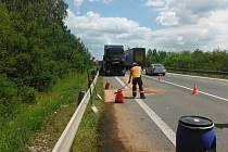 Z proražené nádrže kamionu vytekla nafta.
