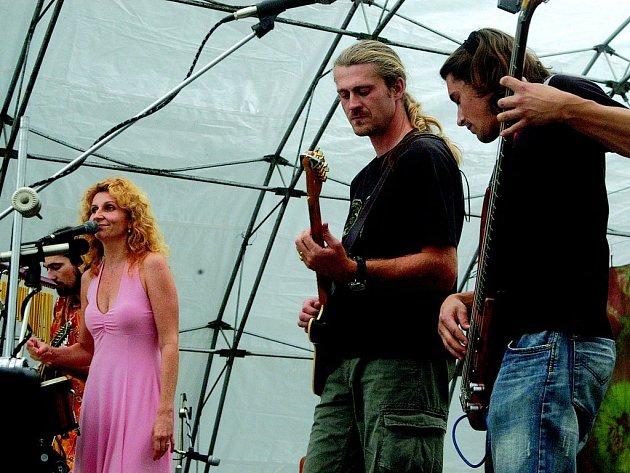 Skupina Qjeten na bělohradském festivalu Pod Hůrou.