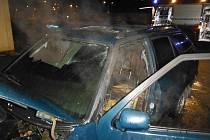 Požár automobilu v Hořicích.