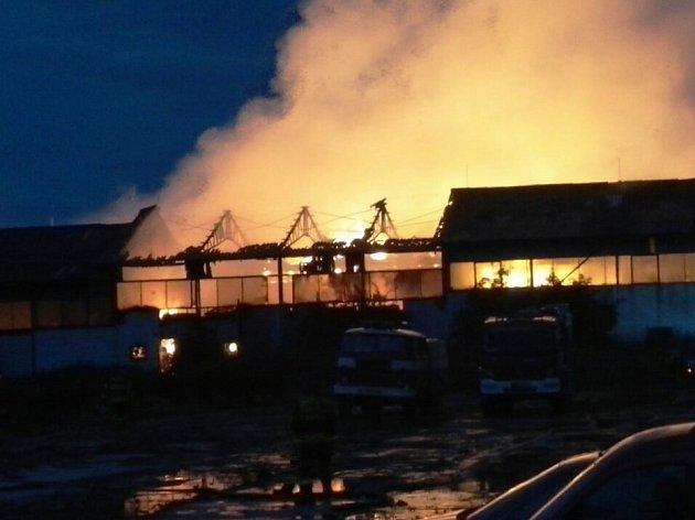 Úmyslně založený požár napáchal škody za miliony korun