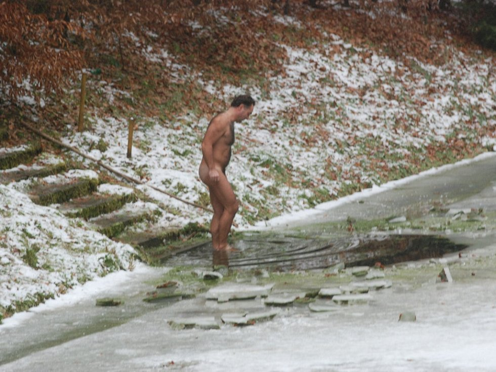 Otužilci u Pelíšku na Štědrý den.