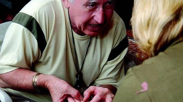 Martin Dobrev nahlíží do osudů mnohých prostřednictvím čar vyrytých v dlani.