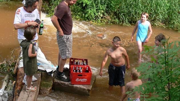Koupat se je možné také v řece a patřičně se při tom osvěžit nápoji.
