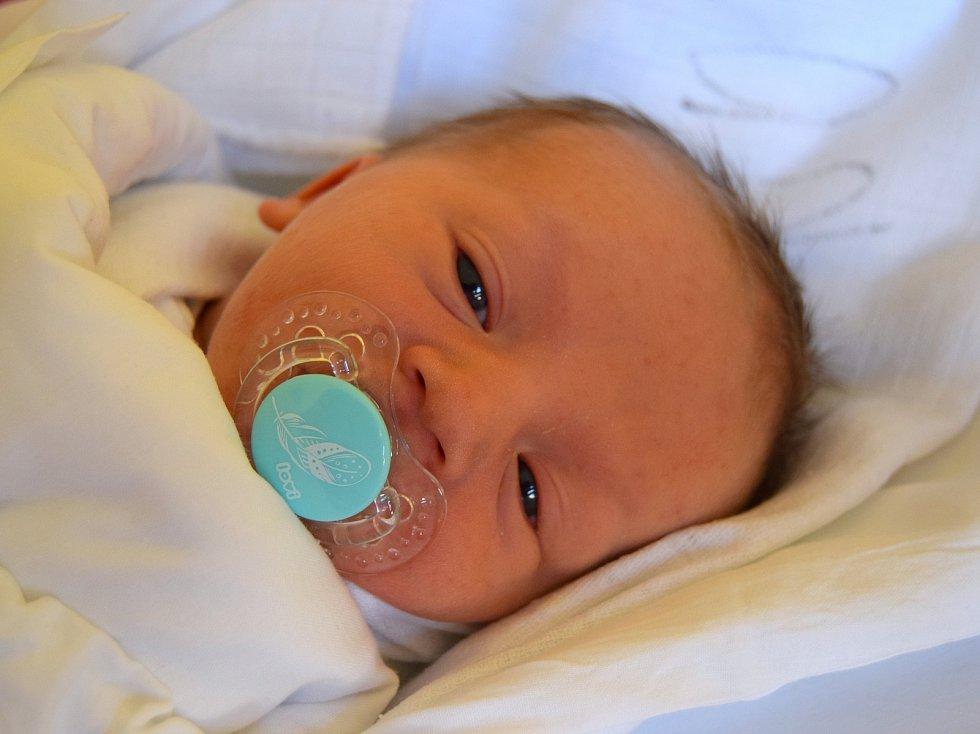 Kryštof Kunetka se usmívá na svět od 1. května, kdy se narodil v jičínské porodnici s mírou 48 cm a váhou 3,28 kg. Radují se rodiče Martina a Vojtěch Kunetkovi z Prahy. Tam už čeká dvouletý bráška Matěj.