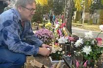 O víkendu se zaplnily hřbitovy stovkami lidí, jež uctily Památku zesnulých.