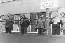 Listopad 1989 v Nové Pace. K posluchačům mluví Petr Kuřík, vedle něho Jan Hejtman a Miroslav Svoboda.