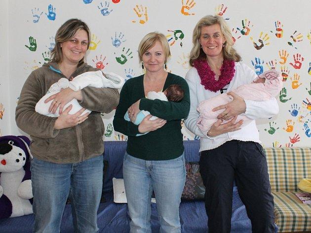 Trojlístek maminek (zprava Monika, Marcela a Petra), který   má v dočasné péči svěřená miminka.
