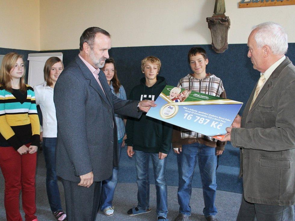 Předseda prodejního družstva COOP v Nové Pace Miroslav Chudoba (vpravo) předává dar základní škole.