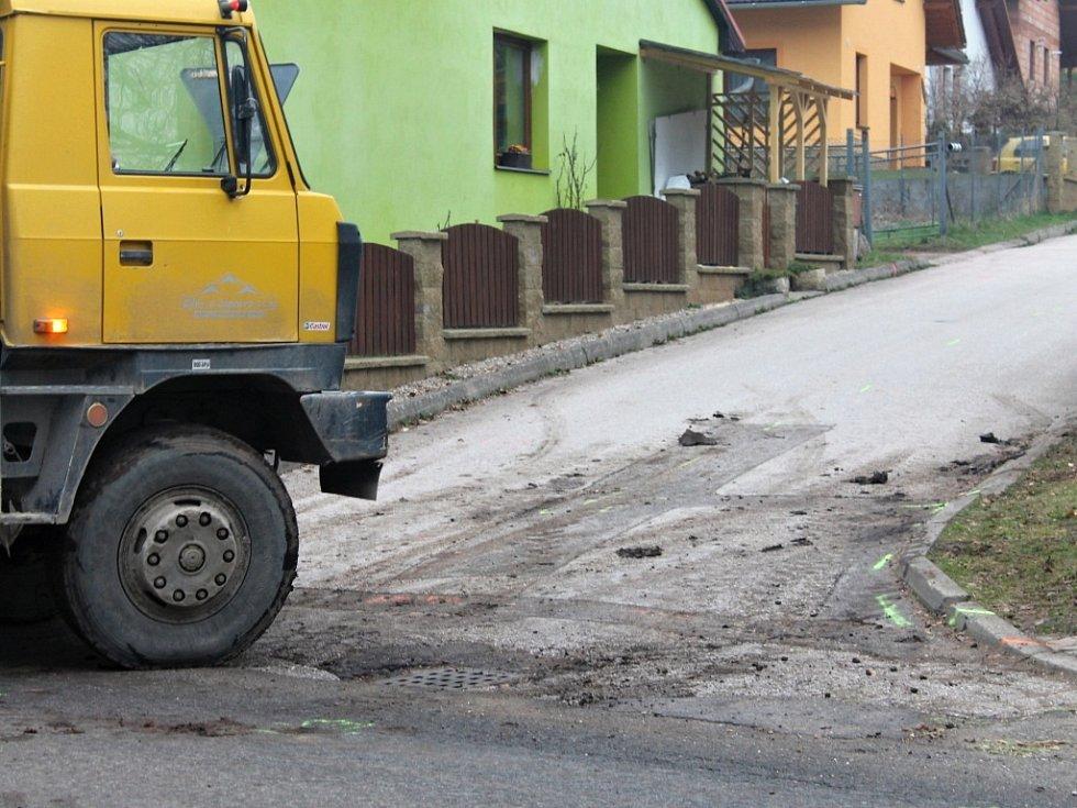 Oprava silnice ve Staré Pace.