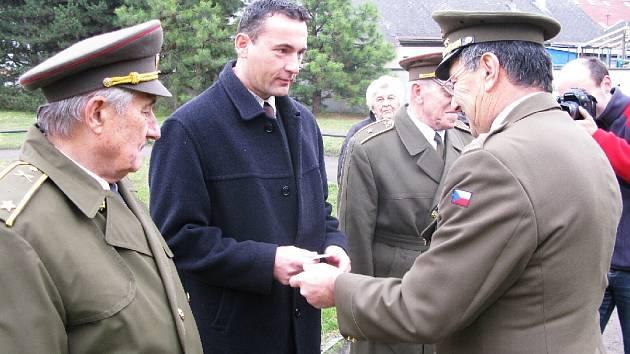 Ladislav Brykner přebírá ocenění.