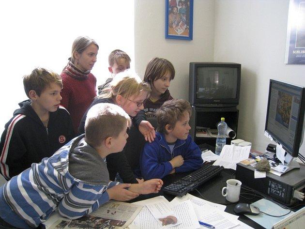 Žáci na návštěvě v redakci.