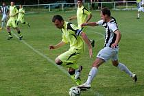 Fotbalisté Miletína v okresním derby podlehli vítězi 1. A třídy z Lázní Bělohrad (2:6) a sestupují do 1. B třídy. Na snímku v souboji miletínský kapitán Luboš Nosek s bělohradským záložníkem Tomášem Bergerem.