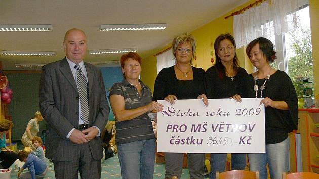Mateřská škola Větrov převzala od o.s. Dívka 36 450 korun. Za obnos bude pořízen nábytek a učební pomůcky.