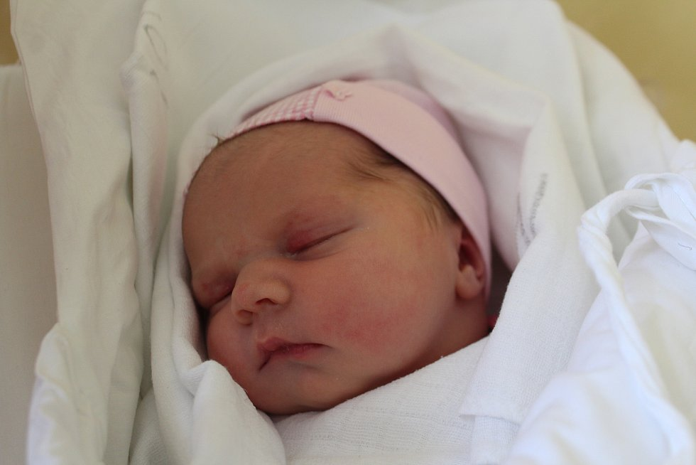 Kristýna Macáková se směje na svět od 28. května. Narodila se s mírou 50 cm a váhou 3,45 kg. Radují se Petra a Jiří Macákovi z Radimi, kde už čekají i starší sourozenci Jiří a Verunka.