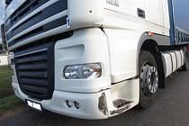 Kamion poškozený při nehodě.