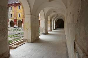 Podloubí zadního nádvoří jezuitské koleje.