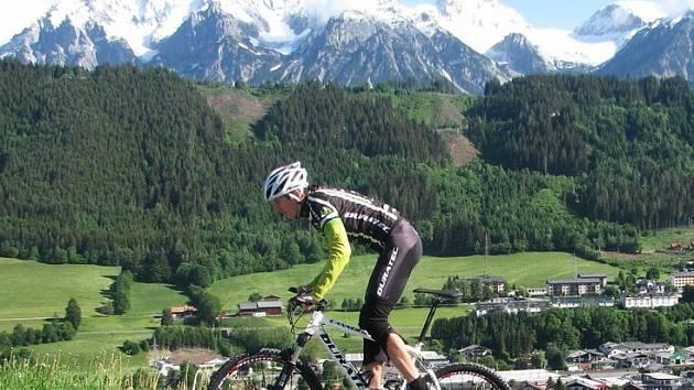Výjezd Dana Polmana na Schladming, v pozadí masiv Dachsteinu.