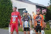 Úspěšní cyklisté 6. etapy Jičínské cykloligy, uprostřed vítěz Ondřej Mikule, vlevo druhý Rostislav Šádek, vpravo třetí Karel Prager.