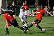 ÚTOČNÍK Radek Suchánek (v bílém) si v utkání s Přepychy vypracoval brankové příležitosti. Štěstí v zakončení mu ale nepřálo