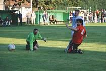 MIROSLAV RYCHECKÝ, autor tří gólů, brankář Přepych Václav Krunčík a obránce Tomáš Vaněk sledují míč, směřující do sítě.