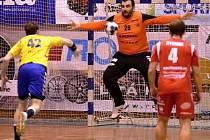 Muž okamžiku. Brankář Martin Babčaník kryje sedmimetrový hod v domácím utkání Jičína s Kopřivnicí.
