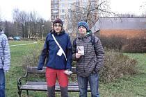 Den boje proti AIDS v Hořicích: žáci ZŠ Na Daliborce Jan Brychta (vlevo) a David Klepsa prodávali červené stužky.