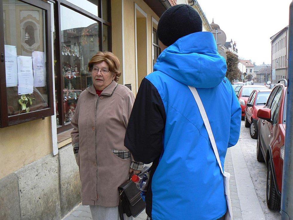Den boje proti AIDS v Hořicích: prodej stužek na náměstí.