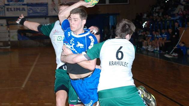 S DESETI BRANKAMI patřil k nejlepším střelcům. Tomáš Babák to neměl vůbec jednoduché, soupeř pozorně bránil.
