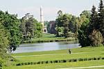 Zámecký park s minaretem v Lednici.
