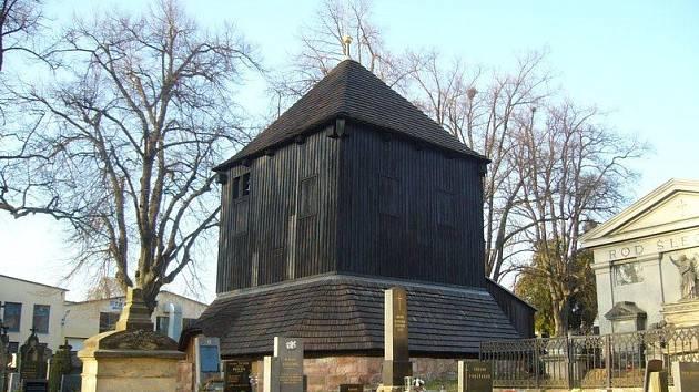 Lomnická zvonice na hřbitově.