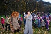 Stromové bytosti tančily v parku Valdštejnské lodžie