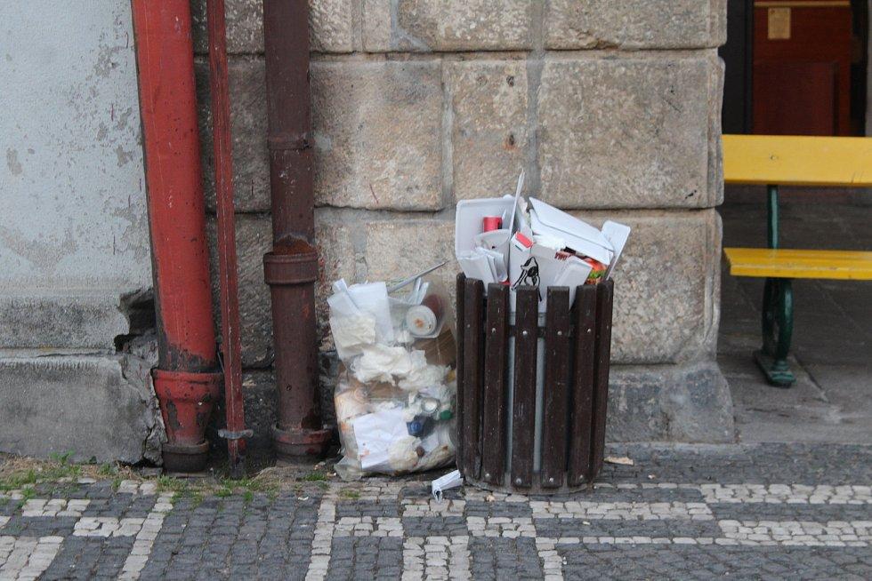 Zvýšení počtu nádob na tříděný odpad v centru by mohlo napomoci jeho vyčištění od hromad odpadků