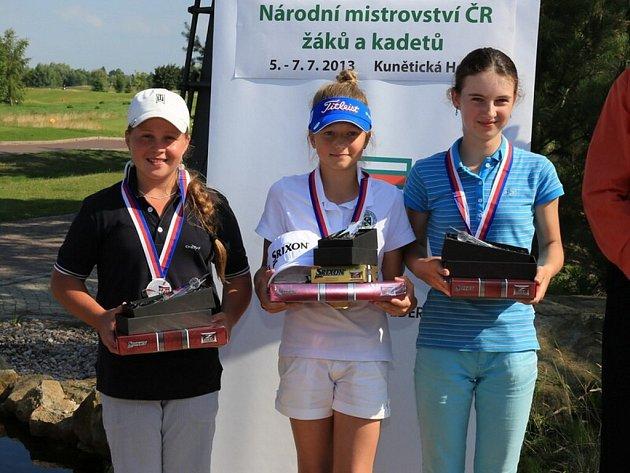 DALŠÍ SKVĚLÝ VÝSLEDEK zaznamenala Lucka Harcubová (na snímku zcela vpravo), bronzová medaile ji sluší.