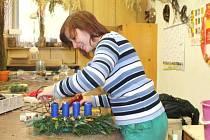 Žáci Střední školy zahradnické Kopidlno aranžují adventní vazbu.