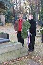 U Erbenova hrobu na Olšanských hřbitovech v Praze.