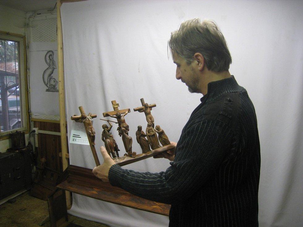 Restaurování třebechovického Proboštova betlému v hořické dílně Tomáše Bárty.