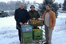 Ovocnáři z Jičínska darovali jablka seniorům.