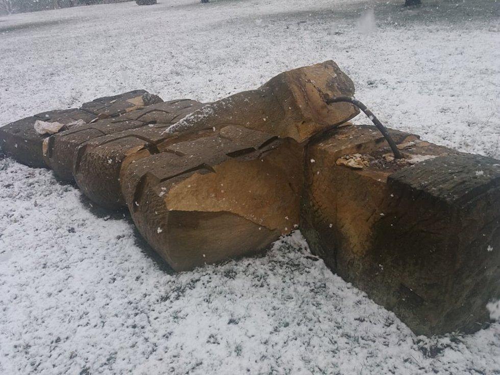 Smutný pohled se naskytl v hořickém Sochařském parku U svatého Gotharda. Silný vítr zde vyvrátil kromě stromů i pískovcovou plastiku.