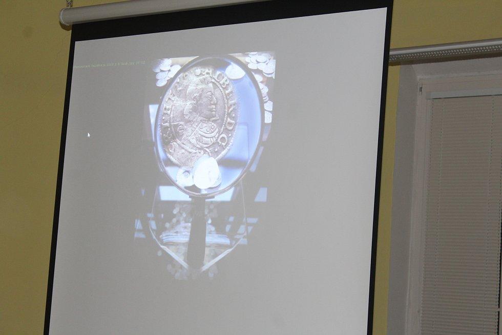 V jičínské knihovně je zpřístupněna výstava fotokoláží Jitky Pírkové s názvem Valdštejnův svět. Autorka na fotografiích citlivě propojila současnost s érou vévody Albrechta z Valdštejna. Výsledek je uchvacující.